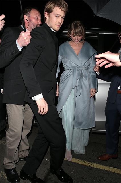 Тейлор Свифт в платье Stella McCartney c Джо Элвином