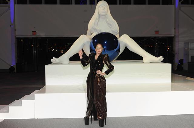 Леди Гага со скульптурой Джеффа Кунса
