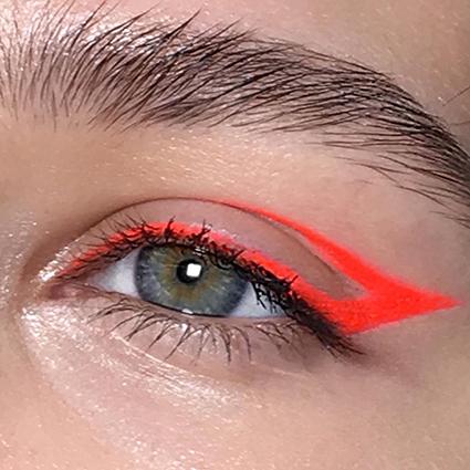 Неоновый демон: делаем яркий летний макияж
