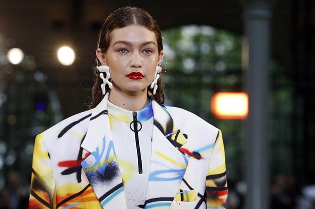 Джиджи Хадид приняла участие в показе Off-White на Неделе мужской моды в Париже