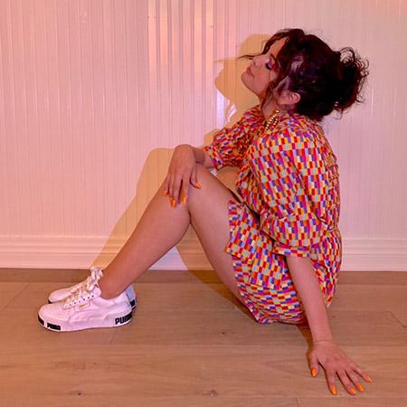 Яркое платье и белые кроссовки: Селена Гомес продолжает продвигать новую коллекцию Puma