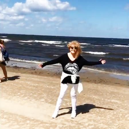 Алла Пугачева и Максим Галкин отдыхают с детьми в Юрмале: видео