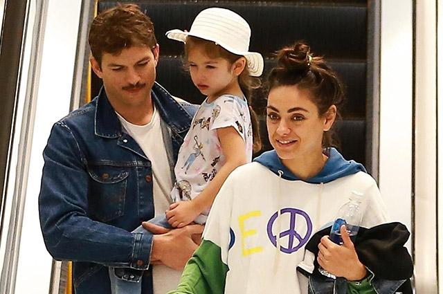Мила Кунис и Эштон Катчер с детьми в торговом центре в Лос-Анджелесе