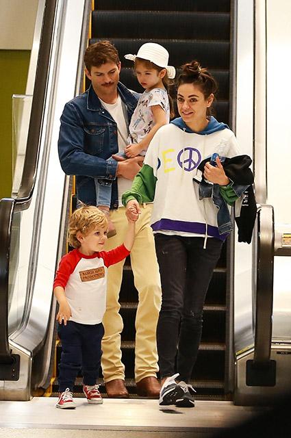 Эштон Катчер и Мила Кунис с дочерью Уайетт и сыном Димитрием