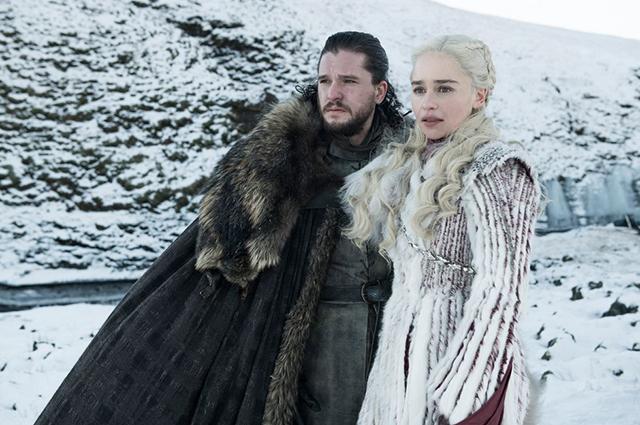 "Кит Харингтон (Джон Сноу) и Эмилия Кларк (Дейенерис Таргариен) в кадре из ""Игры престолов"""