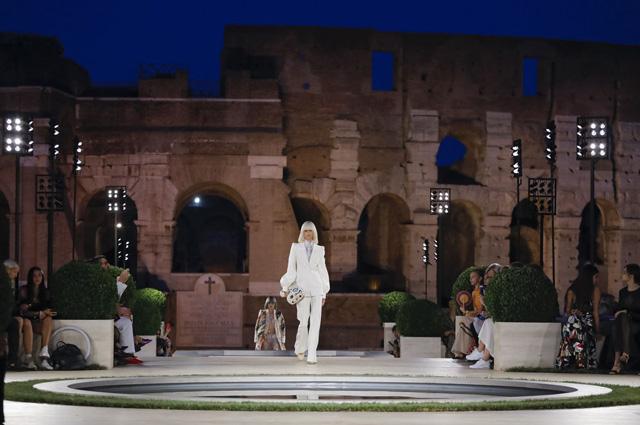 Кэтрин Зета-Джонс с дочерью, Джейсон Момоа и другие на показе Fendi в память о Карле Лагерфельде