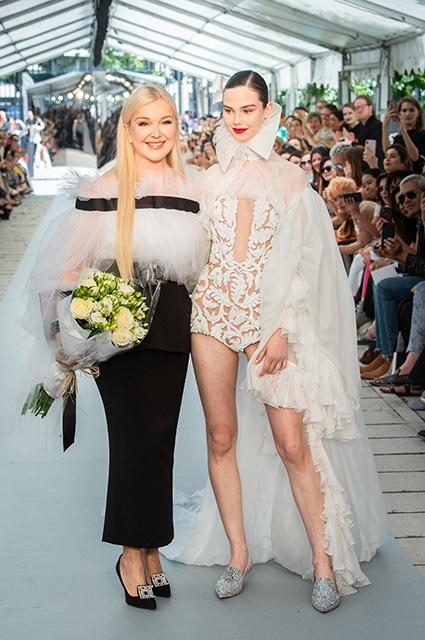 Юлия Янина с моделью на подуиме