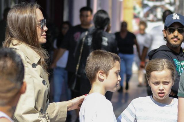 Анджелина Джоли сводила детей на квест