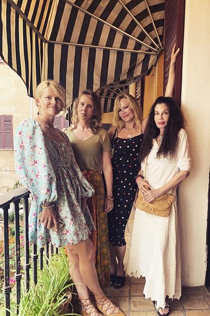 Мелани Гриффит продолжает отдыхать с подругами в Испании