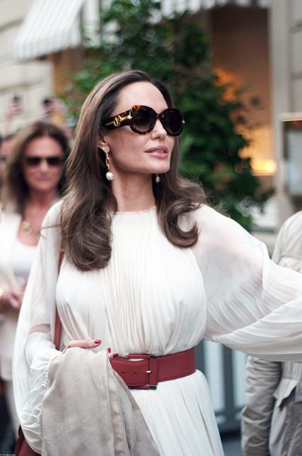 Фотосессия и прогулка с крестной мамой: Анджелина Джоли проводит время в Париже