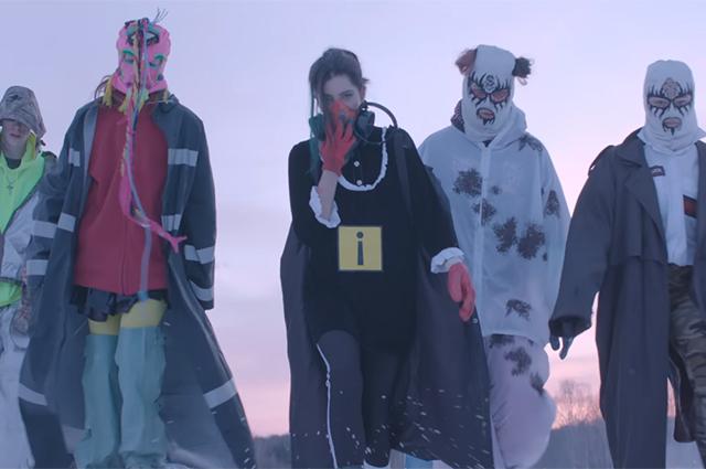 """Кадр из видео """"Черные снежки"""""""