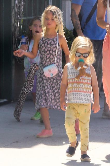 Меган Фокс вышла на прогулку с сыновьями в девичьих нарядах