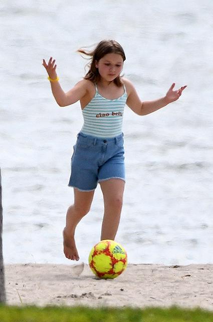 Дети Виктории и Дэвида Бекхэм сыграли в футбол на пляже в Майами: фото
