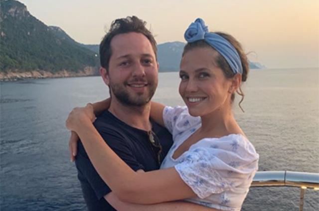 Морские прогулки и летние платья: Даша Жукова делится новыми фото из отпуска