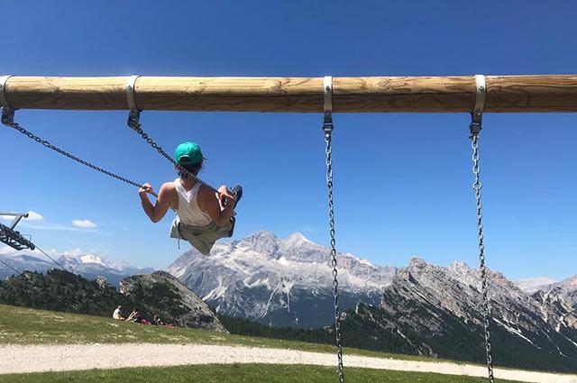 Хайкинг, йога и вино: Эмилия Кларк отдыхает с друзьями в Италии
