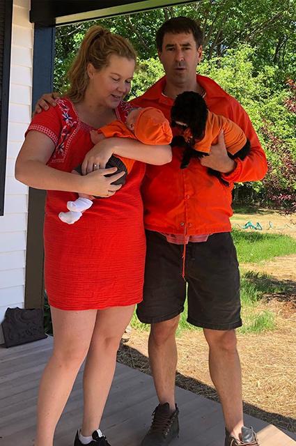 Эми Шумер с мужем Крисом и сыном Джином