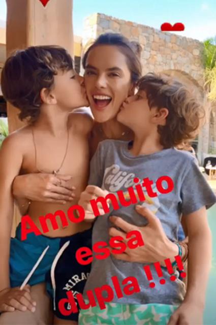 Алессандра Амбросио отдыхает на Миконосе с друзьями и семьей