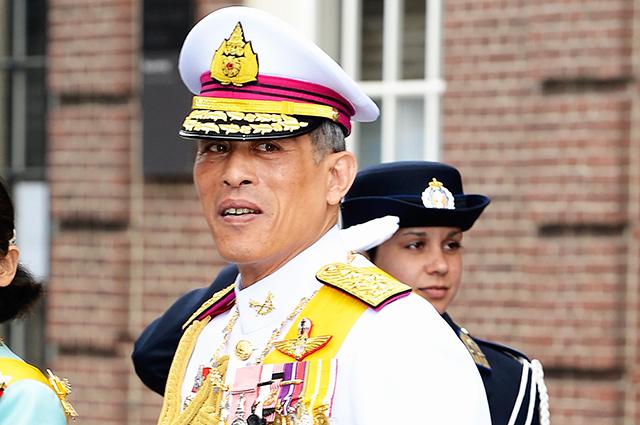 Король Таиланда официально признал свою любовницу второй супругой-консортом