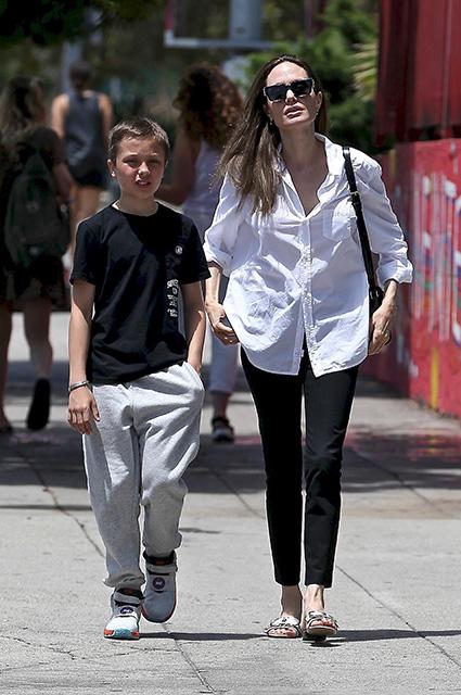 Будни Анджелины Джоли: актриса на прогулке с близнецами Вивьен и Ноксом