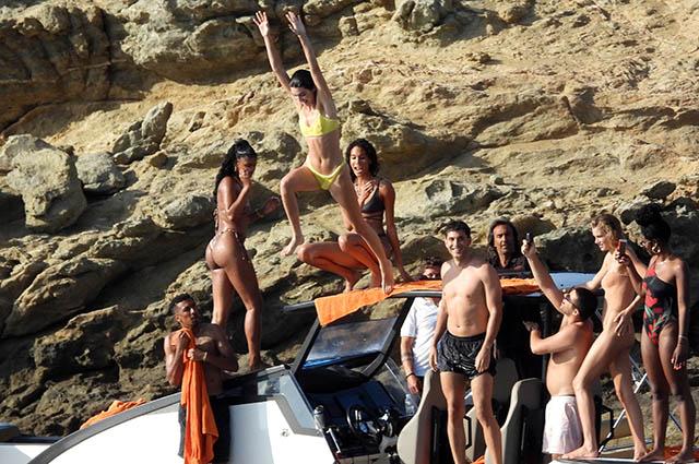 Кендалл Дженнер отдыхает с подругами-моделями в Греции