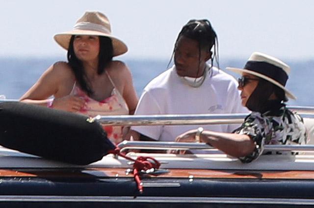 На фоне слухов о свадьбе Кайли Дженнер готовится отметить день рождения на суперъяхте у берегов Капри: фото