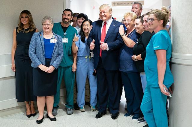 Дональд и Мелания Трамп в госпитале