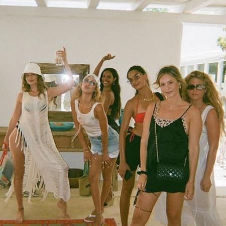 Джиджи и Белла Хадид с подругами