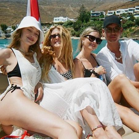 Джиджи Хадид с подругами