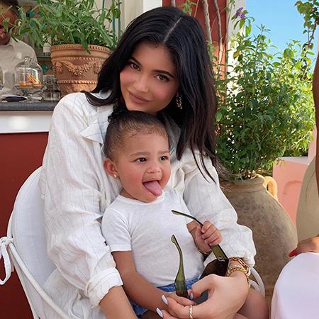 В одном стиле: Кайли Дженнер с дочерью Сторми на морской прогулке в Портофино