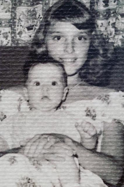 Шэрон Тейт в возрасте десяти лет с сестрой