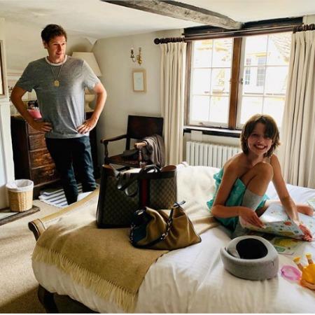 Беременная Милла Йовович показала семейные фото из путешествия по Англии