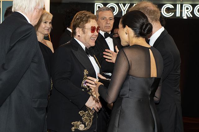Элтон Джон и Эллен Дедженерес вступились за Меган Маркл и принца Гарри, летающих на частном самолете