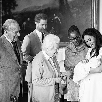Принц Филипп, принц Гарри, королева Елизавета II, Дориан Редлан и Меган Маркл с сыном Арчи