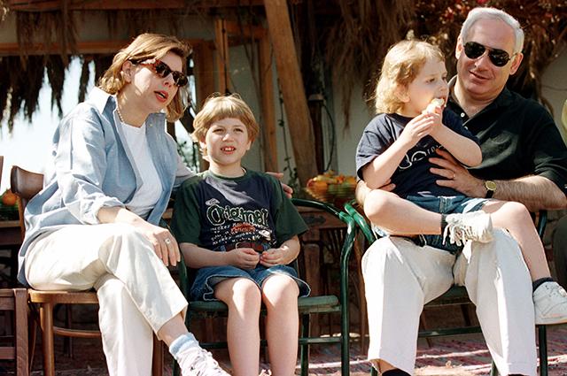 Сара и Биньямин Нетаньяху с сыновьями Яиром и Авнером
