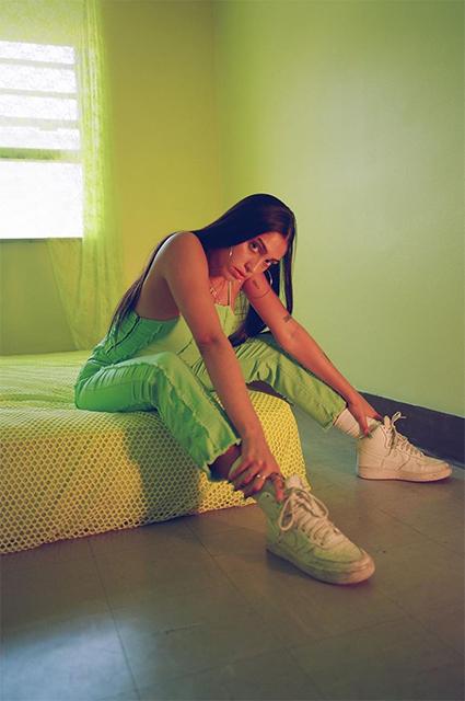 Неон и винил: Лурдес Леон снялась в рекламной кампании модного бренда