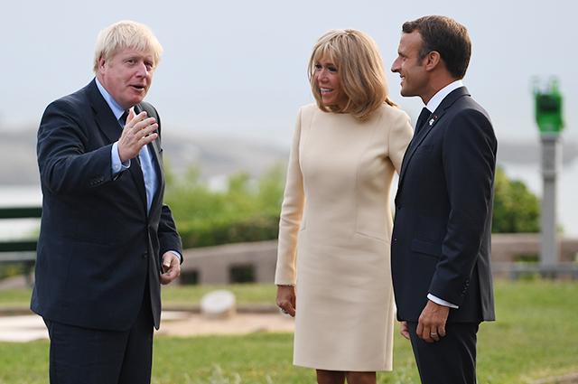 Премьер-министр Великобритании Борис Джонсон и президент Франции Эммануэль Макрон с супругой Брижит