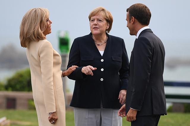 Президент Франции Эммануэль Макрон с супругой Макрон и едеральный канцлер Германии Ангела Меркель