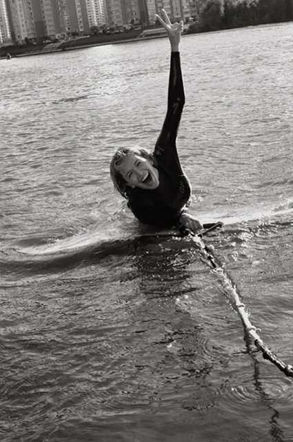Поймала волну: Вера Брежнева учится кататься на вейксерфе