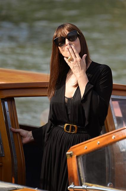 Моника Беллуччи присоединилась к гостям и участникам кинофестиваля в Венеции