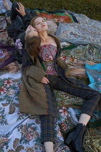 Павловопосадские платки, анималистика и платья-пальто: смотрим новые осенние лукбуки