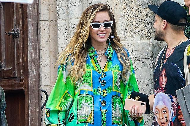 Майли Сайрус попала в объектив папарацци на пороге особняка Джанни Версаче в Майами