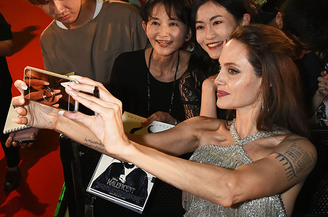 Анджелина Джоли с сыном Мэддоксом и дочерью Захарой на премьере фильма