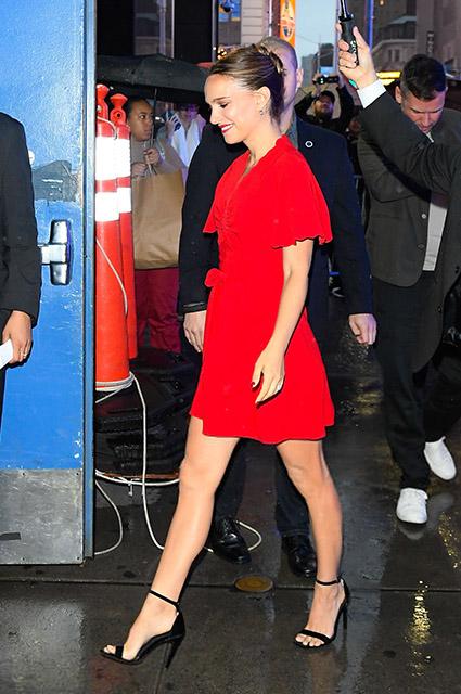 Натали Портман в красном мини-платье в дождливом Нью-Йорке