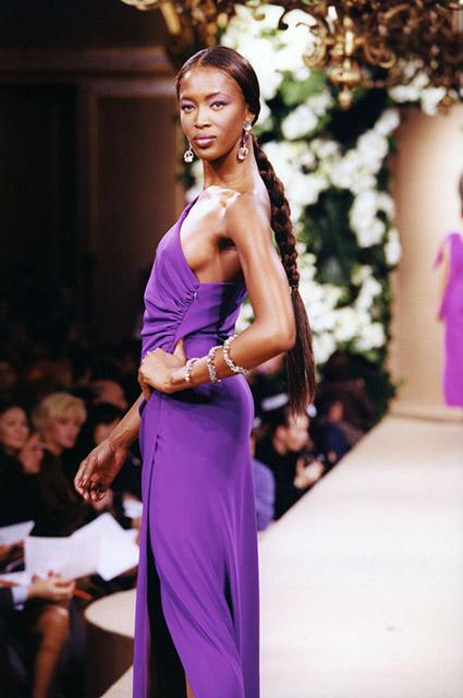 КультПоказ: Летиция Каста в образе цветочной феи и царицы урожая на кутюрных дефиле Yves Saint Laurent в 1999 году