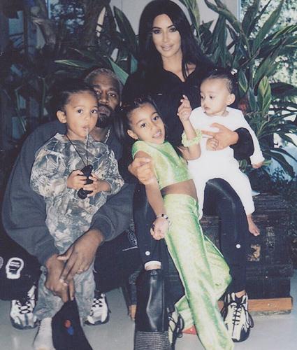 Канье Уэст и Ким Кардашьян с детьми