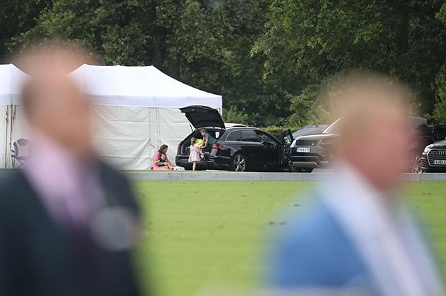 Принц Джордж и принцесса Шарлотта на турнире по поло были заняты собственной игрой: фото