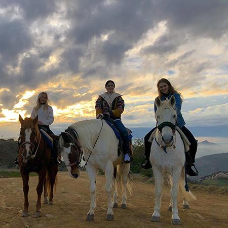 Селена Гомес восстанавливает пошатнувшееся здоровье прогулками на лошадях с подругами
