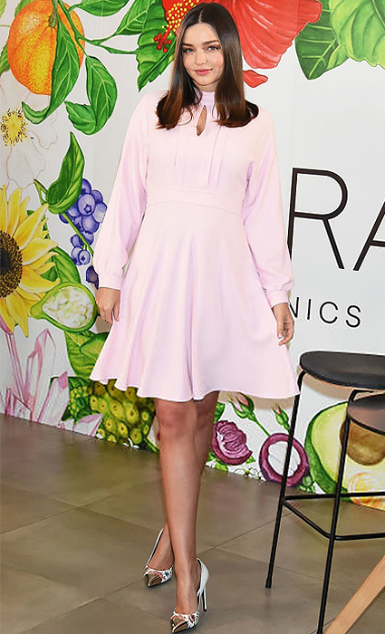 Миранда Керр в нежно-розовом платье посетила презентацию в Токио