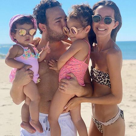 Ариэль Чарнас с мужем и детьми