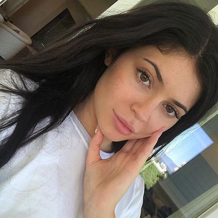 Кайли Дженнер снялась в рекламе летних средств для кожи своего бренда Kylie Skin: видео